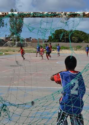 Alunos jogam futsal em uma das quadras da Vila Olímpica (Foto: Jota Rufino/GloboEsporte.com)