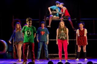 Eike Duarte e Gabriel Portela se beijam no fim da peça, quando todo o elenco se junta no palco (Foto: Mariana Ares/Divulgação)