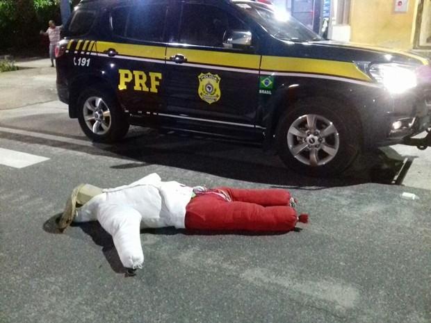 Prática pode ser considerada crime e causar acidentes (Foto: Divulgação/PRF-PB)