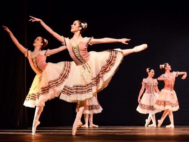 Repertório conjunto sênior da Escola de Dança Teatro Guaíra de Curitiba levou 3º lugar. (Foto: Claudio Etges/Divulgação)