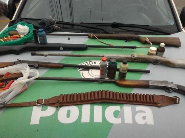 Suspeitos foram pegos com seis espingardas em Itapeva (Foto: Divulgação/Polícia Ambiental de Itapeva)