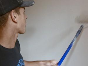 Estudante trabalha como pintor há 3 anos para ajudar família (Foto: Rodrigo Sargaço/EPTV)