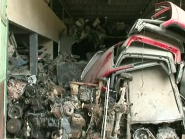 Peças de veículos desmontados são encontradas em oficina do ES (Foto: Reprodução/ TV Gazeta)