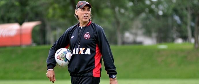 Técnico Miguel Ángel Portugal no treino do Atlético-PR (Foto: Site oficial do Atlético-PR/Gustavo Oliveira)