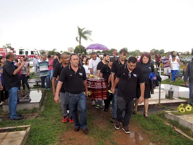 Membros da equipe de Chico Rey e Paraná levam o caixão durante sepultamento de Chico no cemitério de Taguatinga, no DF (Foto: Alexandre Bastos/G1)