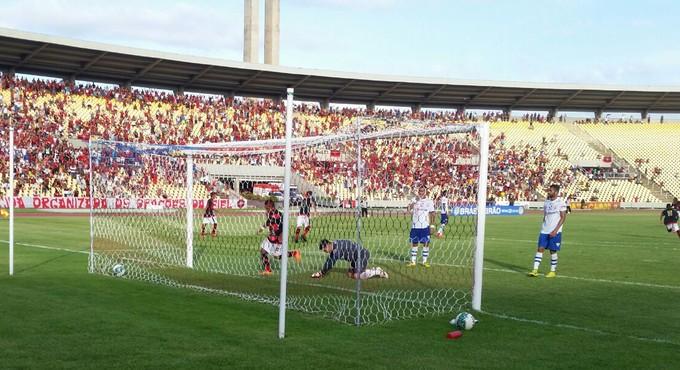 Moto Club faz gol contra Águia no Castelão (Foto: Bruno Alves / GloboEsporte.com)