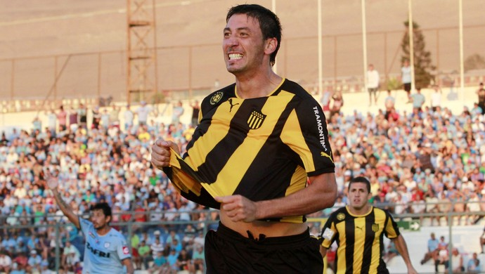 Juan Manuel Olivera comemora gol do Penarol sobre o Iquique (Foto: EFE)