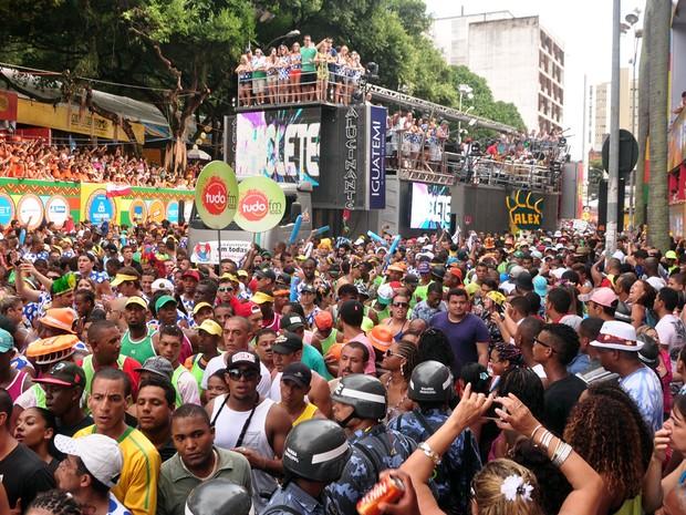 Público do Chiclete com Banana no circuito Osmar nesta terça de carnaval em Salvador (Foto: Jefferson Peixoto/ Ag Haack)