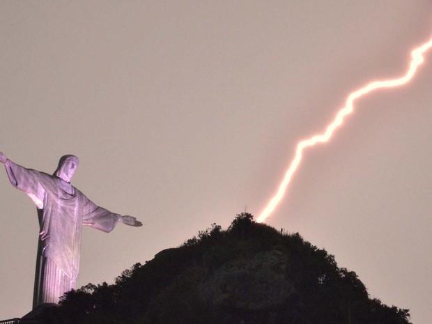 Raio é fotografado na região do Cristo Redentor, no Rio de Janeiro, RJ, nesta quinta-feira (16). (Foto: Marcello Dias/Futura Press)