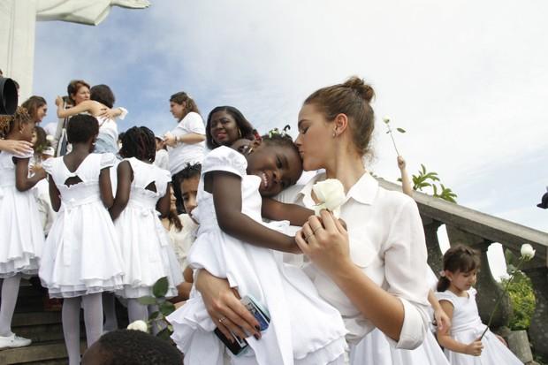 Bruna Marquezine participa de evento com crianças refugiadas (Foto: Marcos Ferreira / EGO)