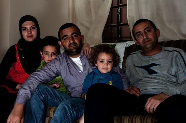 O sírio Jihad Mohammed (no centro, de camisa roxa) com a família em São Paulo (Foto: Flavio Moraes / G1)
