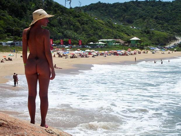 Carina Moreschi na Praia do Pinho, em Santa Catarina (Foto: Divulgação)