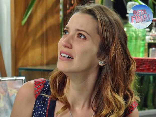 Laura fica perplexa ao descobrir nome da sua verdadeira mãe (Foto: Gabriela Duarte / Gshow)