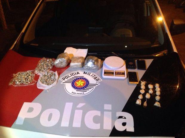 Polícia apreendeu drogas e celulares com suspeito (Foto: Polícia Militar/Divulgação)