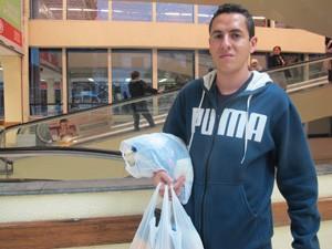 Bruno Machado não sabia da obrigatoriedade de sacolas biodegradáveis (Foto: Nathália Duarte/G1)