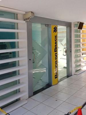 Segundo estudantes, criminosos tentaram roubar caixa eletrônico (Foto: Robel Sousa/TV Bahia)