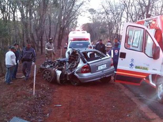 Carro ficou destruído na batida em Altair (Foto: Julião Pitbull/Olímpia 24 horas)