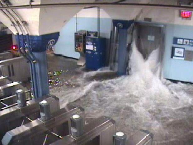 Água invade estação de metrô de Nova Jersey durante passagem da tormenta Sandy (Foto: Reuters)