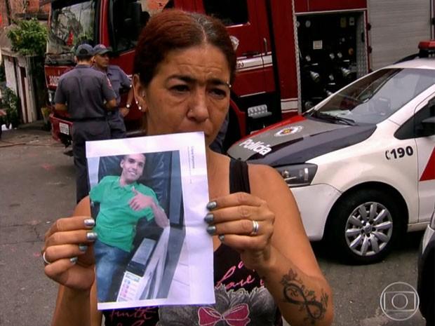 Mãe de Kelvin Dondoni procura pelo filho desaparecido (Foto: TV Globo/Reprodução)