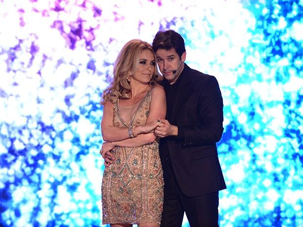 A atriz Pamela Parker-Marra e o marido Jonas Marra no palco do reality show  (Foto: Parker TV)