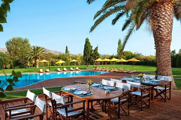 A área da piscina conta com um restaurante ao ar livre  (Foto: Reprodução)