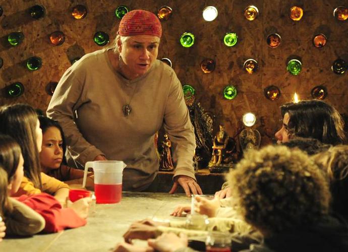 Lucinda reunia a criançada em volta da mesa (Foto: Divulgação/TV Globo)