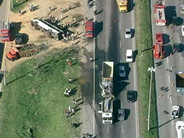 Segundo bombeiros, pelo menos 25 pessoas ficaram feridas (Foto: Reprodução/TV Globo)