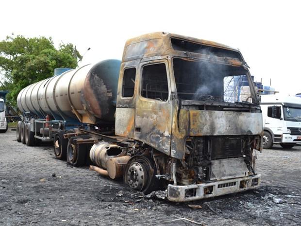 Caminhão cegonha pega fogo com 11 carros e todos ficam destruídos (Foto: Everaldo Lins / Visão Diária)