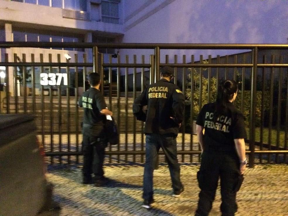 Polícia Federal cumpre mandados em prédio na Lagoa, Rio (Foto: Cristina Boeckel/G1)