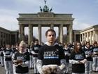 Ativistas protestam com animais mortos em frente a símbolo de Berlim