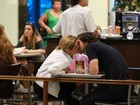 Adriana Esteves é tietada por fãs mirins em shopping