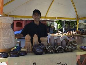 Artesão Danilo Farias, 45 anos, enfrentou 11 horas de viagem para expor seus produtos em Macapá (Foto: Abinoan Santiago/G1)