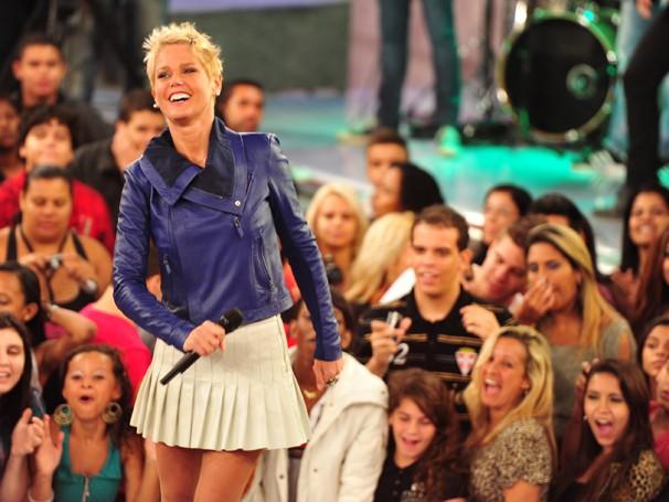 Xuxa usa saias curtas que valorizam as pernas combinadas com casacos, uma paixão da estrela (Foto: Divulgação/ TV Globo)