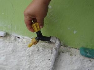 Torneira seca em São José da Laje (Foto: Fabiana De Mutiis/G1)