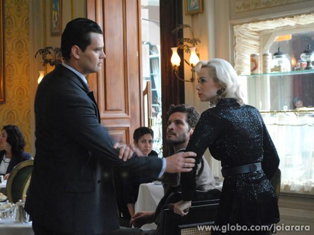 Manfred se descontrola ao flagrar Aurora e Davi juntos (Foto: Fábio Rocha/TV Globo)