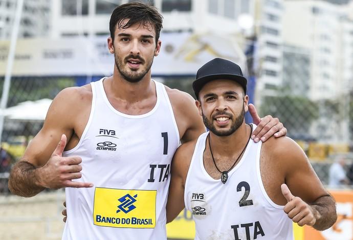 Carambula foi parceiro de Luisito no futebol. Hoje, joga com Ranghieri na praia (Foto: Divulgação/FIVB)