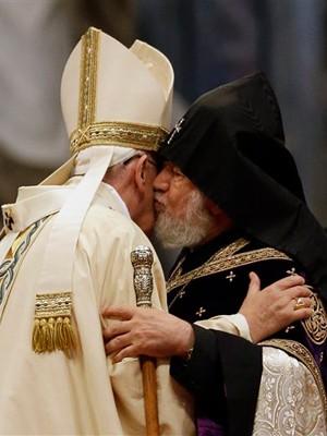 O papa Francisco cumprimenta o chefe da igreja ortodoxa armênia, Karekin II, durante a missa em memória aos cem anos do que chamou de genocídio armênio. (Foto: Gregorio Borgia/AP)