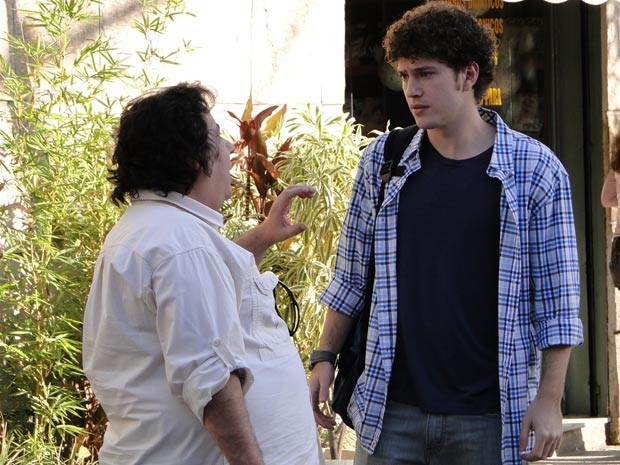 Gabriel ouve atentamente a proposta (Foto: Malhação / TV Globo)