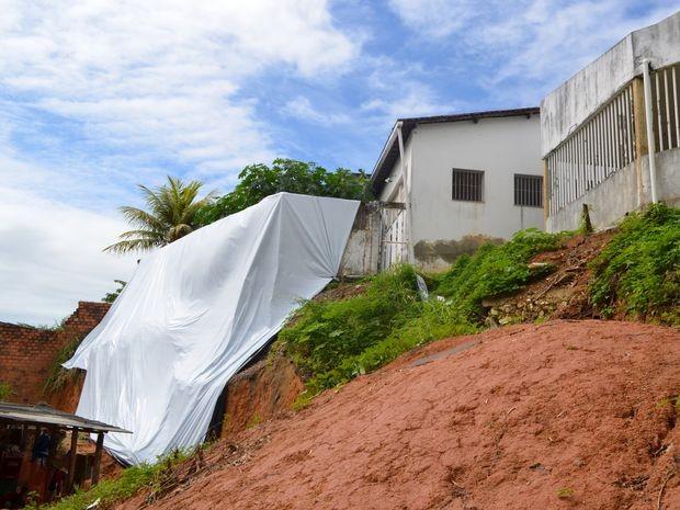 Defesa Civil interditou o prédio por risco de desabamento (Foto: Marina Fontenele/G1 SE)