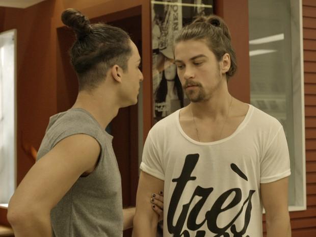 Visky joga todo seu charme para o modelo Leo (Foto: TV Globo)