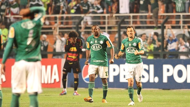 Obina comemora gol contra o sport (Foto: Marcos Ribolli / Globoesporte.com)