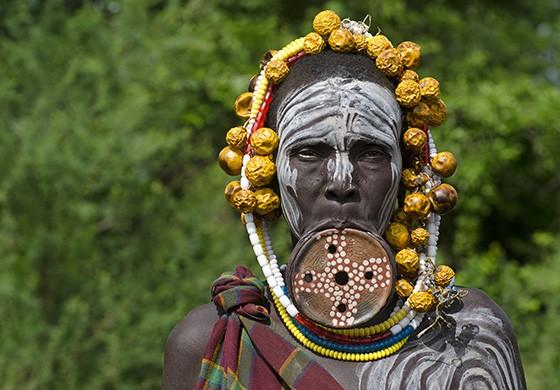 Uma anciã da etnia mursi usa um botoque de cerca de 13 cm em seus lábios  (Foto: © Haroldo Castro/ÉPOCA)
