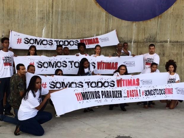 Parentes de rapazes assassinados em Costa Barros protestam no Parque Madureira (Foto: Alba Valéria Mendonça/G1)