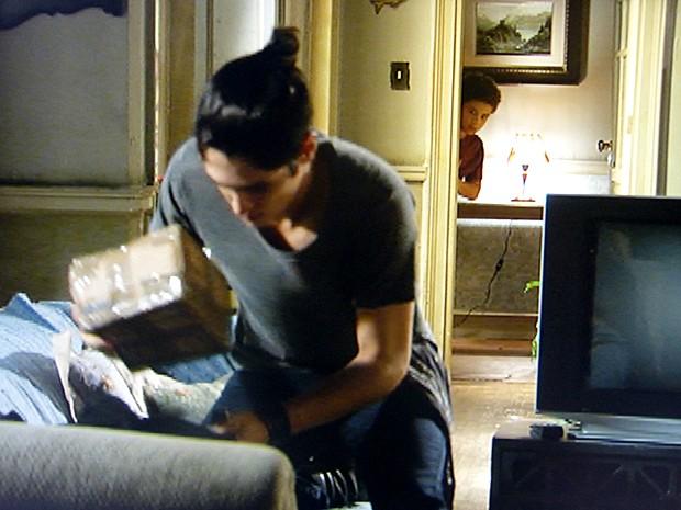 Pedro desconfia da encomenda que Antônio recebeu (Foto: Malhação / TV Globo)
