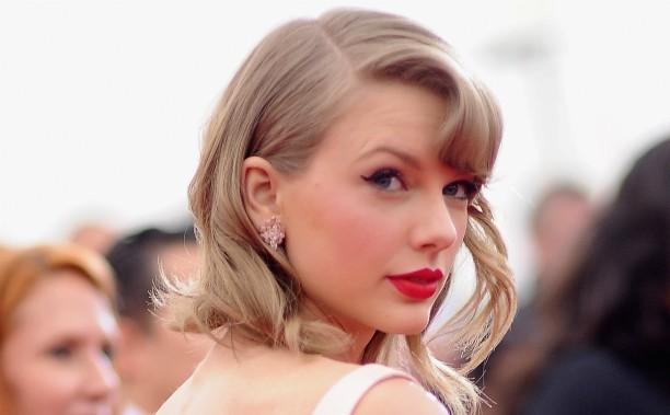 """Taylor Swift começou a compor músicas porque, segundo ela mesma, ficava """"sozinha a maior parte do tempo"""" no colégio. (Foto: Getty Images)"""