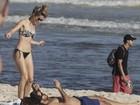 Bianca Bin mostra boa forma em dia de praia
