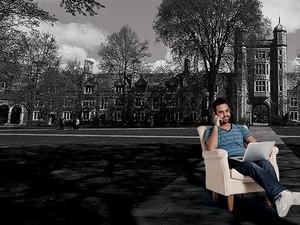 CAMPUS VIRTUAL O repórter Rafael Barifouse sobre uma imagem do campus da Universidade de Michigan. Ele estudou lá pela internet  (Foto: Montagem sobre foto Getty Images e Marcelo Spatafora/ÉPOCA)