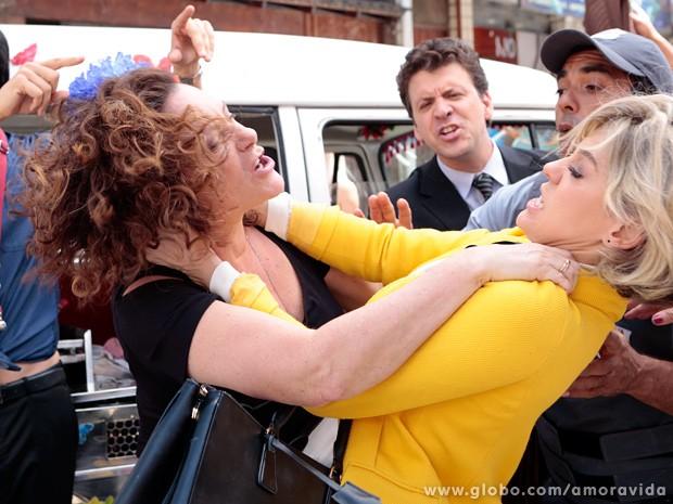 Márcia sai no braço com Edith na frente de todo mundo! (Foto: Felipe Monteiro / TV Globo)