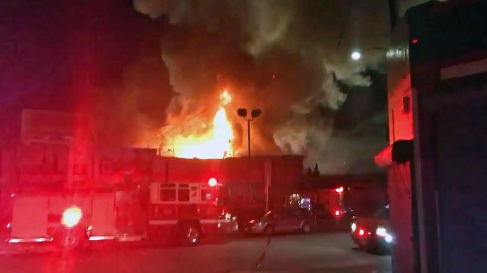 Bombeiros respondem a chamado de incêndio em galpão em Oakland (Foto: Reprodução/Twitter/OaklandFireLive)
