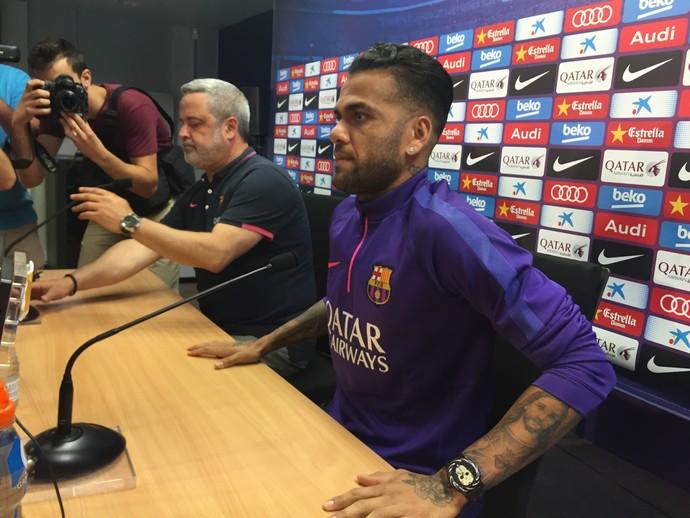 Daniel Alves em coletiva de imprensa (Foto: Cassio Barco)